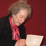 Fotografía de Margaret Atwood tomada en el 2009 en la Casa de la Literatura de Múnich. Premio Príncipe de Asturias de las Letras 2008, Atwood (Ottawa, 1939-) es una prolífica y polifacética escritora  que ha cultivado géneros tan dispares como son la novela, el relato corto y el cuento, la poesía, el guión televisivo y la crítica literaria. Autor: Lesekreis. Fuente: Wikipedia (https://upload.wikimedia.org/wikipedia/commons/c/c6/Margaret-Atwood_19.10.2009.jpg).