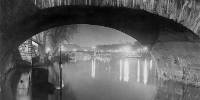Brassaï. Vista desde el Pont Royal hacia el Pont Solférino, c. 1933