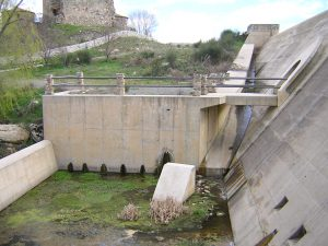 Converging side walls at the spillway of Zapardiel Dam (Spain)