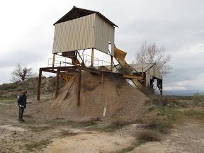 Un excursionista inspeccionando restos de labores mineras en Hiendelaencina.