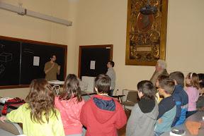 Taller de reconocimiento de minerales impartido a escolares de primaria por uno de los técnicos del proyecto.
