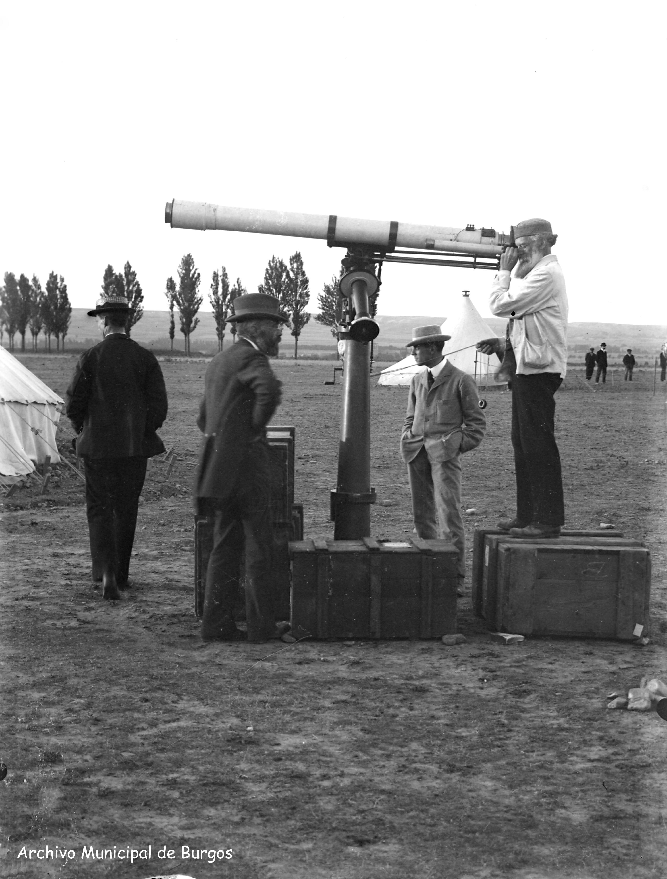 Fotografía: Observaciones del eclipse de 1905 en Burgos.