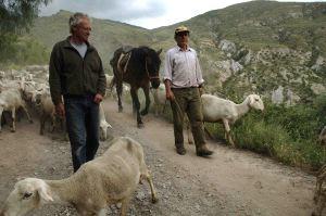 Fotografía: Chris Stewart con un pastor en la Alpujarra.