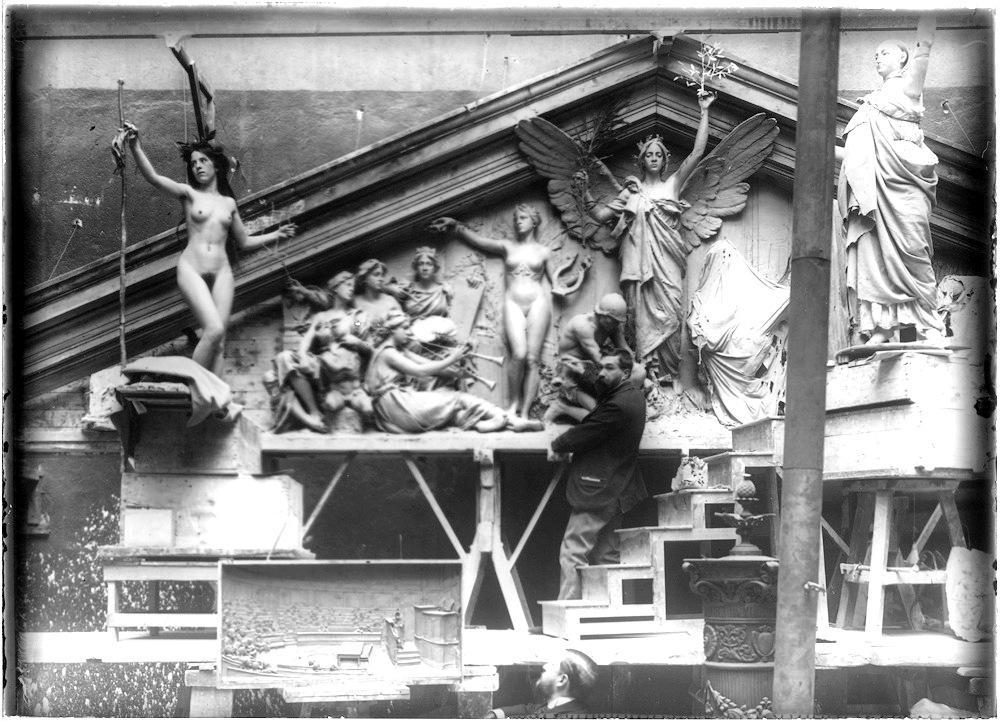 Agustin Querol en su estudio del Paseo del Cisne trabajando en el Frontón de la Biblioteca Nacional. 1899.