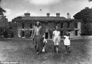 Con sus hijos en su casa de Cornualles.