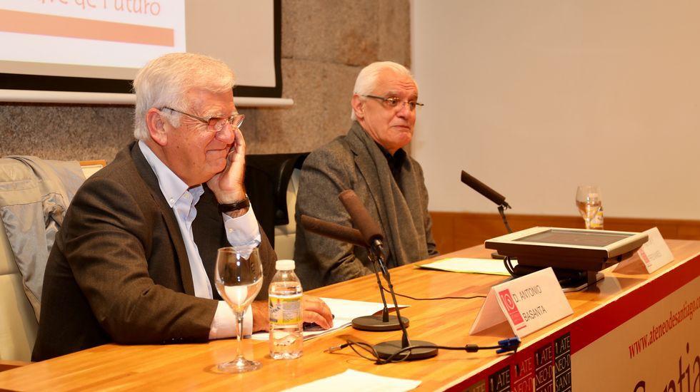 Foto del autor en una charla