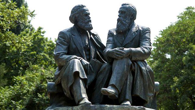 Estatua de Marx y Engels: Monumento en la ciudad de Bishkek (Kirguistán)