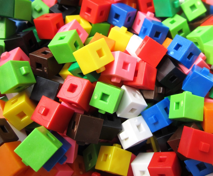 https://upload.wikimedia.org/wikipedia/commons/3/38/Linking_cm_cubes_2.JPG