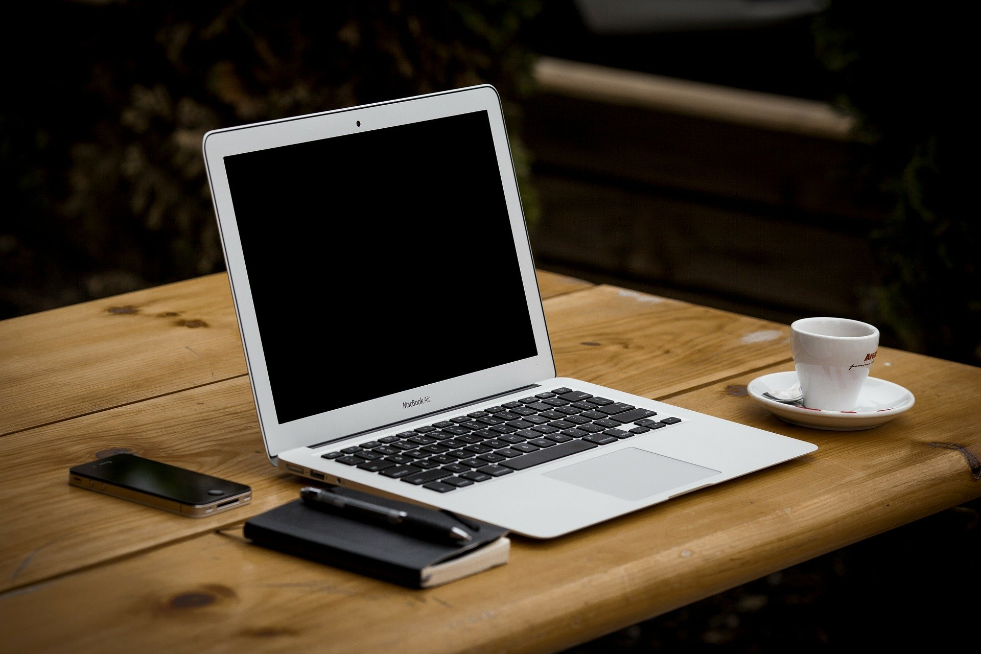 Imagen de un portatil encima de una mesa