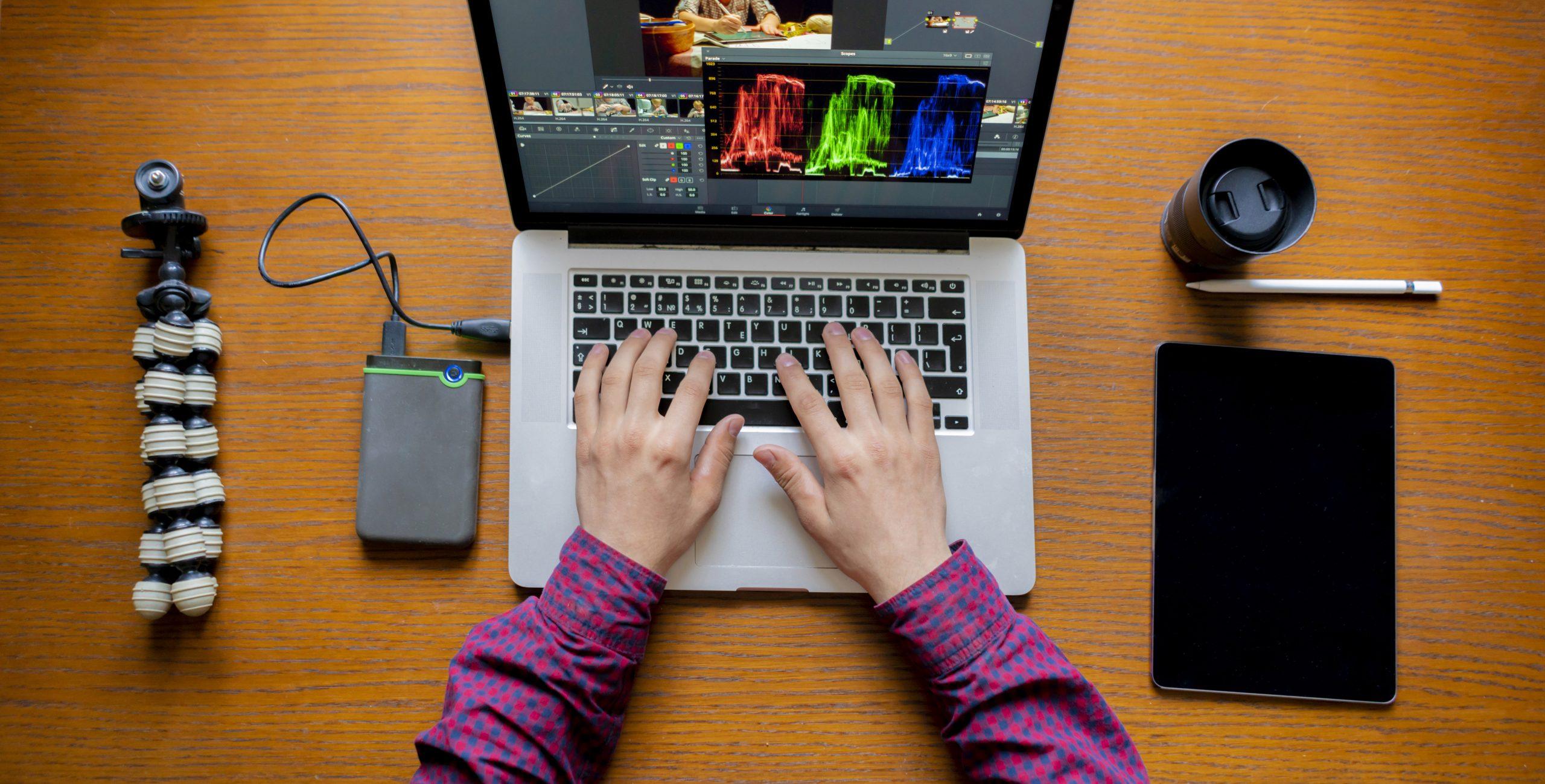 Imagen de unas manos frente a un portatil