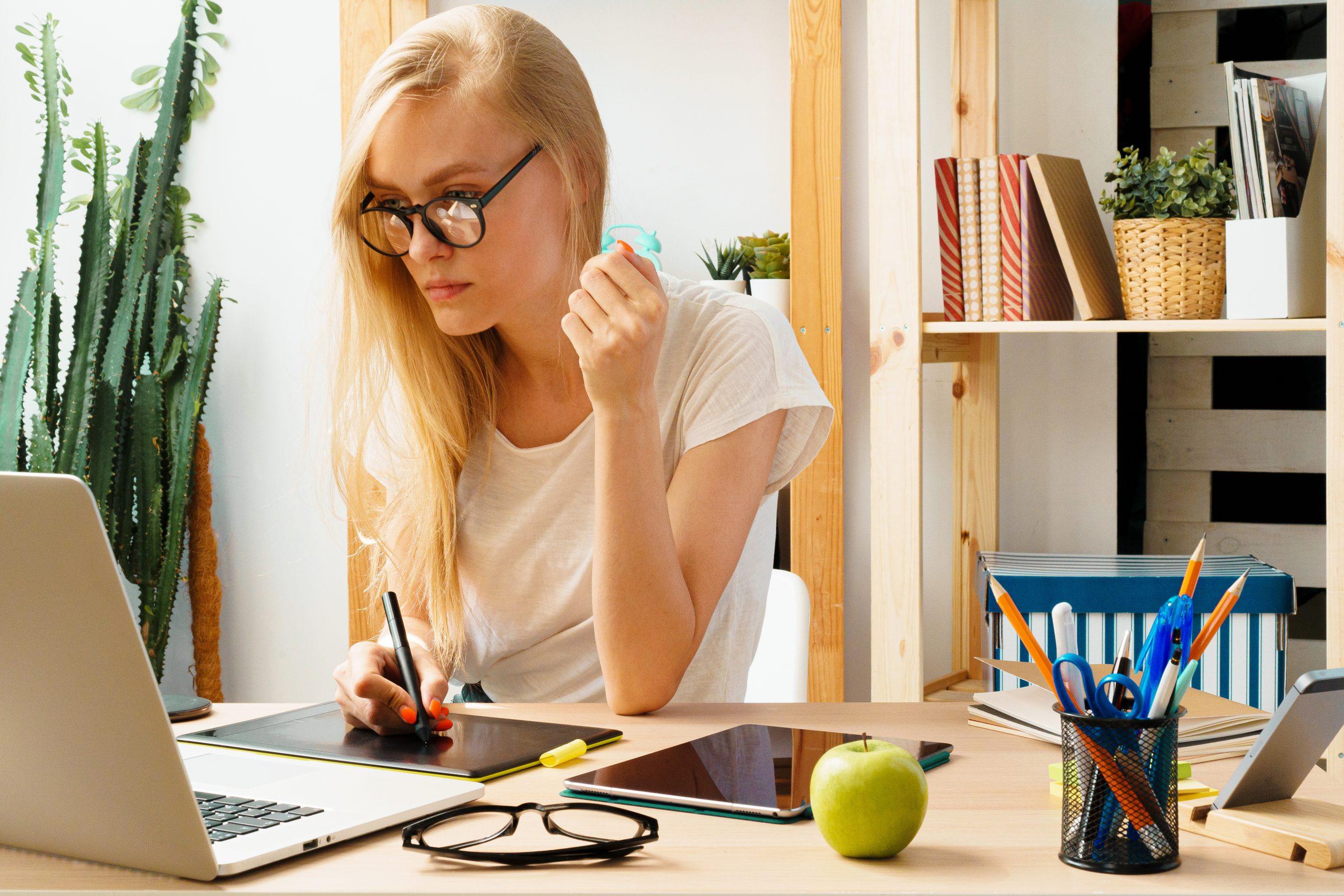 imagen de una chica trabajando con una tablet desde casa