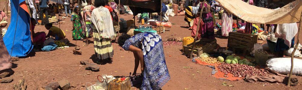 Mercado agrícola en los campamentos de Shimelba